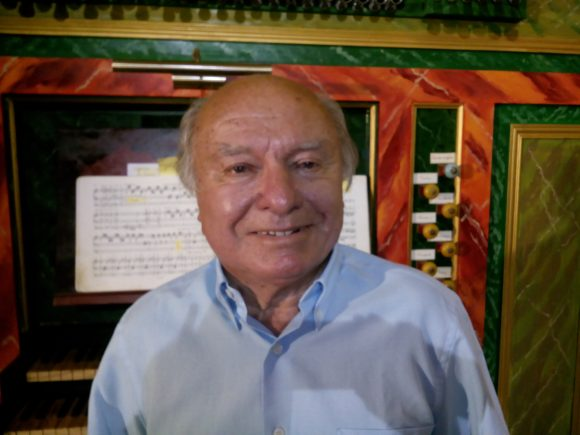 Francis Chapelet en el órgano de la Fundación de su nombre